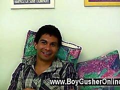 Heta gay Vi finns hälsnings- Justin till Pojken Gusher . Honom är 21 åren gammal , sex