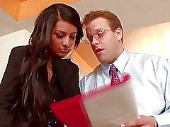 Het brunett tjej har fitta slickad av regissören i kontoret på intervju