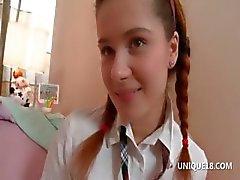 Schoolmeisje Klara speelt met ronde activa
