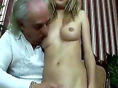 Le vieil homme obtient une chance de baiser une jeune beauté étonnante