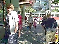 Huge titted Oldie sich von der Strasse gepflückt und gefickt