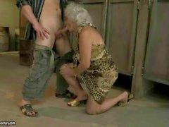Oma erfreut fiese Sexual in der öffentlichen Toilette
