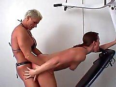 Muskulös vall knullar undergiven chick med bandet på under arbetet ut
