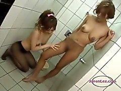 2 meninas asiáticas Em Pantyhoses Batendo lambendo e esfregando as pernas no chuveiro