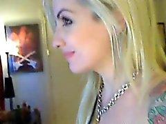 Tatuoida vaalean kaunottaren jossa suuri rinnat