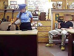 Stora tuttar latinsk polismannen pounded av obehaglig bonde kille