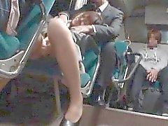 Asian girl dans le bus et de faire dézinguer la chatte masturba
