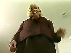 Secrétaire blonde se masturbe d'un vibrateur