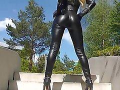 Reizvolles blonden Dame schwarzem Leder Anzug