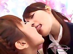 Bureau DAME DE BUREAU embrassant avec une écolière et la se frotte ses seins