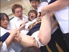 cowgirl japonesa com peitos pequenos engole suco de porca quente em uma festa de bukkake sedutora
