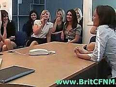 CFNM ragazze inglesi giocano con tipo peloso