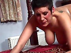 De gros seins et des fesses rouges