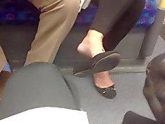 Cândidos os pés Shoeplay maduras Dangling apartamentos no trem