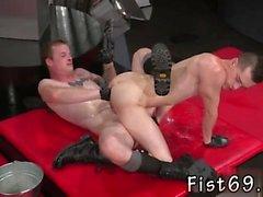 Feche acima dos filmes grandes do galo preto gay Em um acrobático 69, Axel