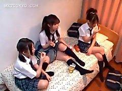 Alunas adolescentes asiáticos que jogam jogos de sexo na sala de faculdade
