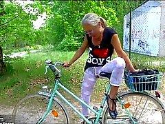 Seksikkäitä geile Fahrradtour mit Orgasmusgarantie