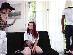 Pienet rinnat tatuoinnin punapää tyttö paiskasi joita suuret mustat Dickin