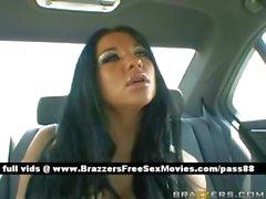 Chaude Busty femme brune poussin est motivée par de son chauffeur