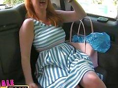 FemaleFake Taxi As lésbicas selvagens compartilham um enorme dildo em suas vaginas molhadas