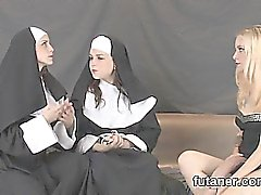 As meninas Flirty prega o maior strap-ons e spray esperma todos