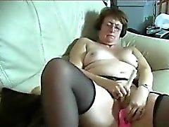 Eccitata Granny masturba con giocattoli per adulti