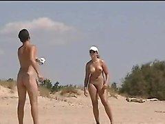 Beaucoup de filles chaudes qui fument sont nues au sujet de la mer
