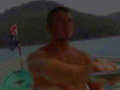 The развитой мускулатурой австралийские мужчины трахают по нос корабля .