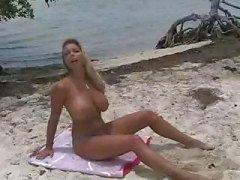 Blonde Amber Lynn är på stranden och på hennes knän getting fucked