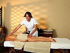 Dado masajes jovencita étnicos