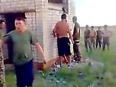 Russischen Armee Guys Fuck a Hoe Freien .