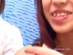 2 Aziatische meisjes zoenen spugen zuigen tongen krijgen hun tieten wreef door schoolmeisje op de bank