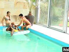 Arkadaş grubu havuzda eğlenir