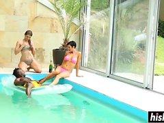 Группа друзей веселится в бассейне