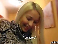 Czech menina Karol bateu e jizzed em um pedaço de dinheiro