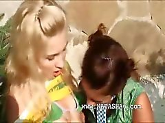 Outdoor russa lésbica boceta dedilhado