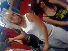 Candid rondborstige Italiaanse meisje op de bus