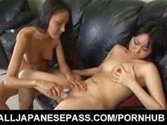 Aimi Shirase hot lesbiche asiatiche divertono a leccare e bracciale in on d'azione