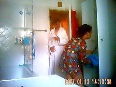 Neue Putzfrau nimmt de Eine Dusche