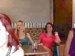 Strip-teaseur sucés par des les femmes au foyer corné