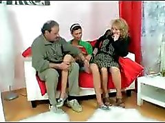 Trollop bizarro com um alforje de sarah divina assume um casal de velhos