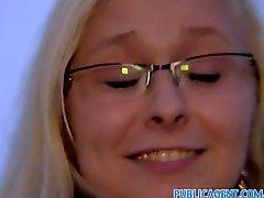 Gözlük seksi sarışın PublicAgent Açık havada Lanet olası