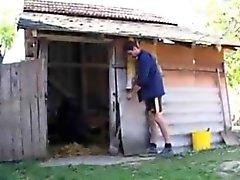 Individuo de Granja con sodomisando una abuela en el culo