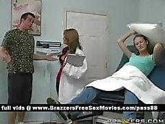 Nuori raskaana lutka menee lääkäriin