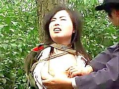 Da menina do exército chinês amarrado à a árvore 1