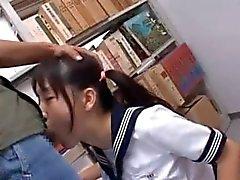 Brunette asiatiska mun knullad i skolbiblioteket