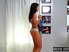 Adrian Maya aguanta BDSM y sexo áspero en el sofá de fundición