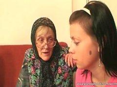 Kuumaa lapsi avulla Isoäiti jotta on syvältä hana
