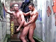 Muscly евро Dude хлопает задницы на открытом воздухе