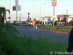 Azzardata dell'orgia di gangbang pubblico sulla di strada con una bella donna bionda